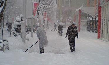 10.1.13開店前の雪掻き.jpg